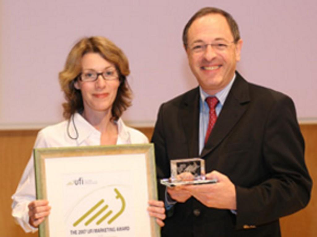 Reed Midem Press Manager Jane Garton, received UFI's 2007 Marketing Award from Vincent Gérard, UFI Managing Director.